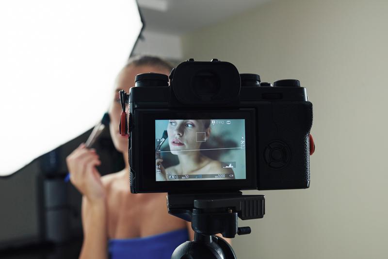 beauty-blogger-shooting-make-up-video-small